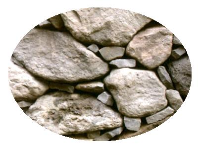 接着剤を使用せず、天然石と介石とで組み上げた石垣